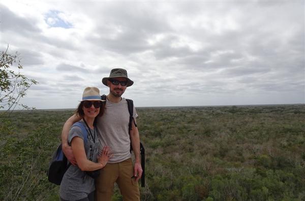 couple en voyage au Mexique au sommet de la pyramide de Coba