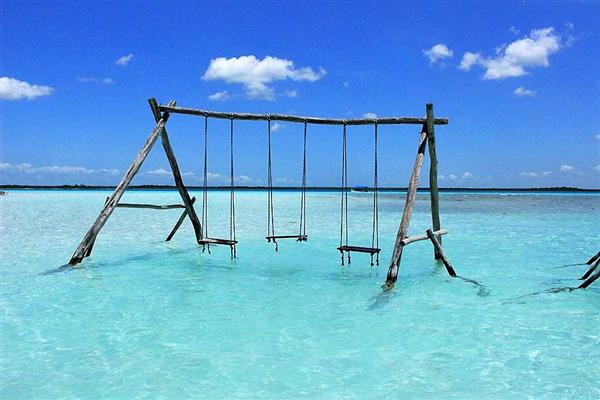 balançoires et hamacs dans l'eau translucide de la lagune aux 7 couleurs de Bacalar