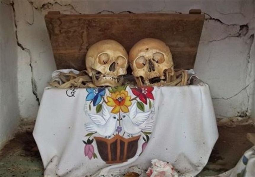 hommage a un couple dont les os ont été réunis dans une boite à Pomuch au Mexique