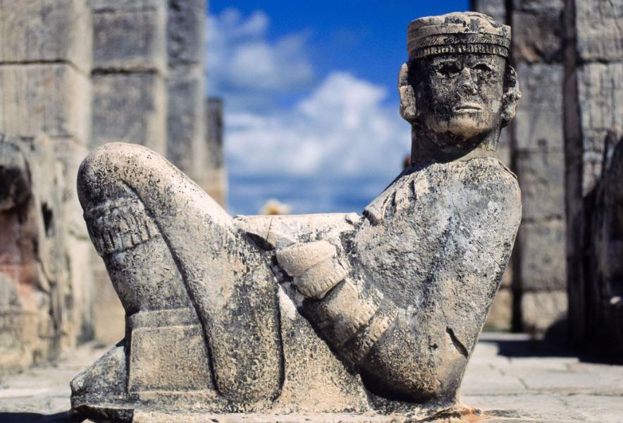personnage en position semi allongée représentant le chac mool à Chichen Itza