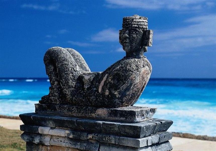 statue du chac mool devant le mer des caraïbes mexicains