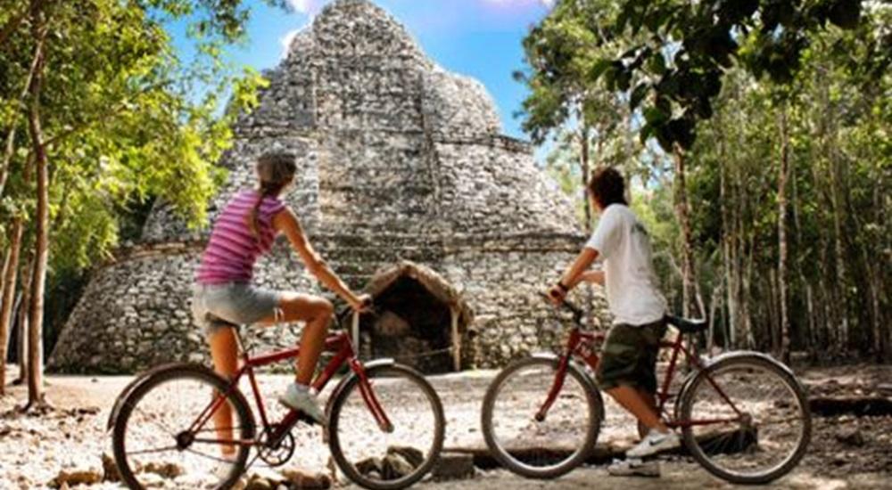 monter en haut de la pyramide de Coba pendant son voyage au Mexique