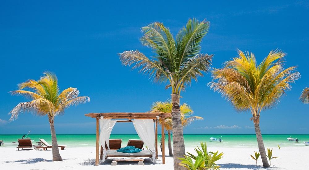 louer un lit de plage à Holbox pour profiter d'une journée de repos à la fin de son voyage au Mexique