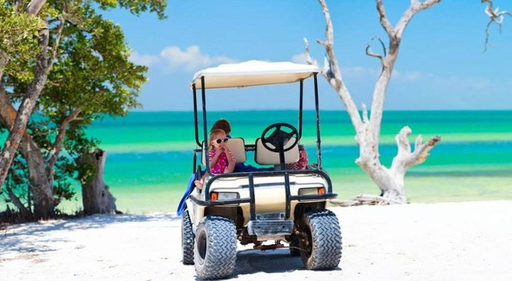 découvrir l'île paradisiaque de Holbox en famille en louant une voiturette de golf pour faire le tour de l'île