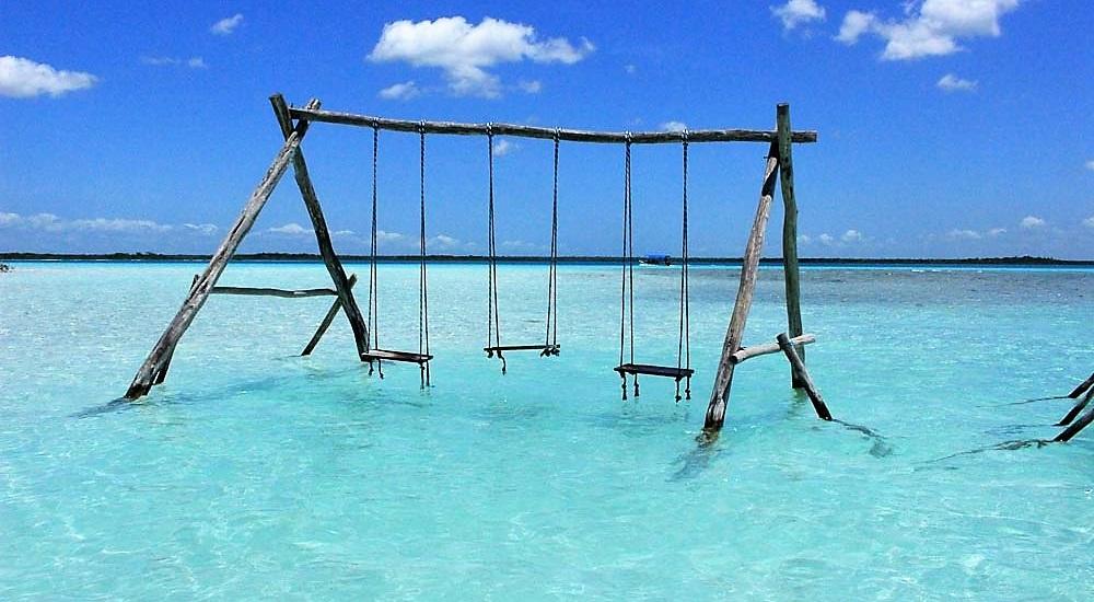 balancoires dans l'eau à Bacalar