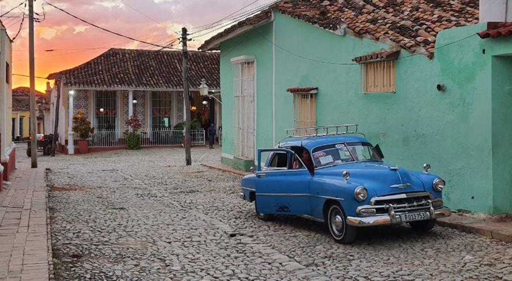 voiture américaine dans une rue de trinidad
