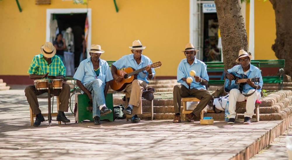 musiciens en voyage a cuba a trinidad