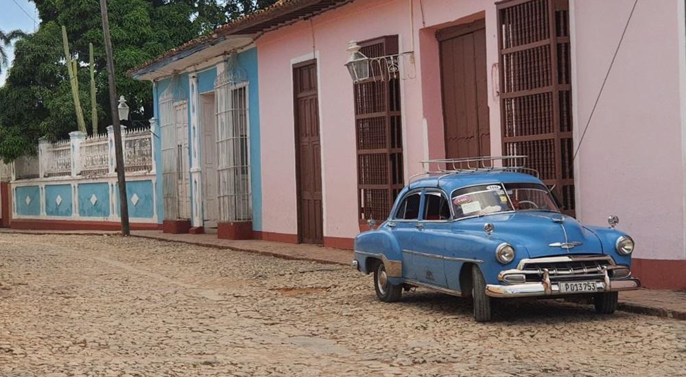 vieille voiture dans les rues de trinidad