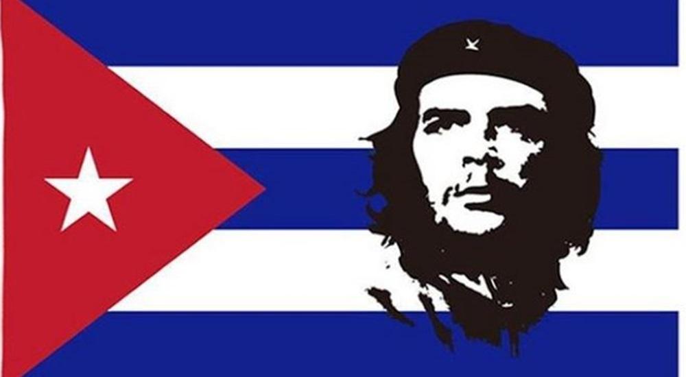portrait du ché sur un drapeau cubain