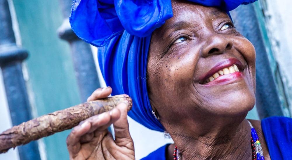 cubaine en train de fumer un cigare